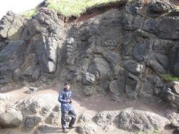 """Figura 2: Basaltos Inferiores con estructura en """"piel de cebolla"""". Ejemplo de meteorización esferoidal. Fuente propia."""